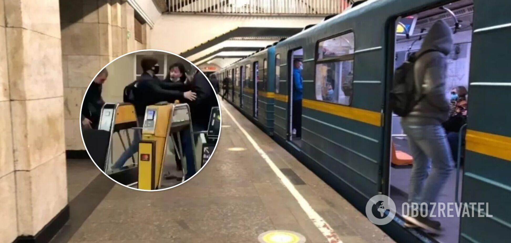 В Киеве в метро поскандалили две пары: дошло до драки. Видео