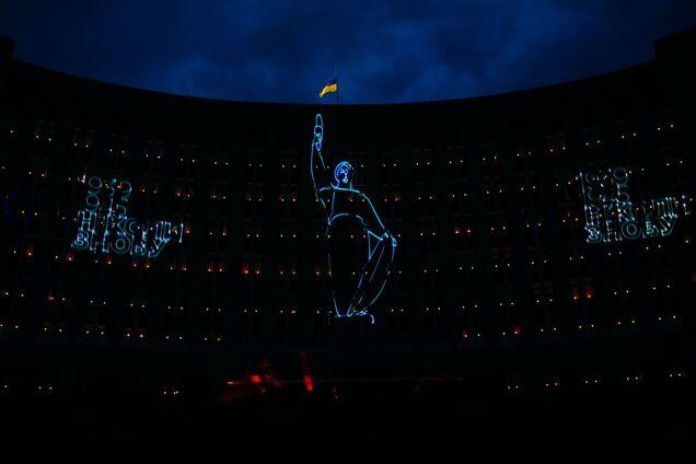 В Днепре устроили лазерное шоу ко Дню памяти и примирения. Фото