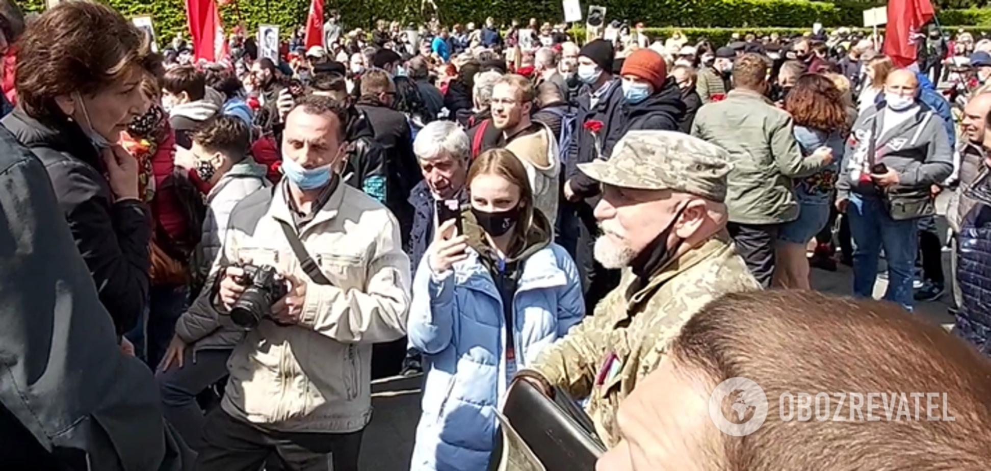 В Киеве сторонники коммунистов набросились на ветерана АТО у Вечного огня. Видео