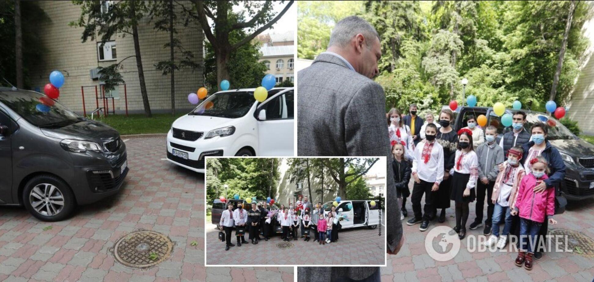 Кличко передал два новых автомобиля для столичных домов семейного типа