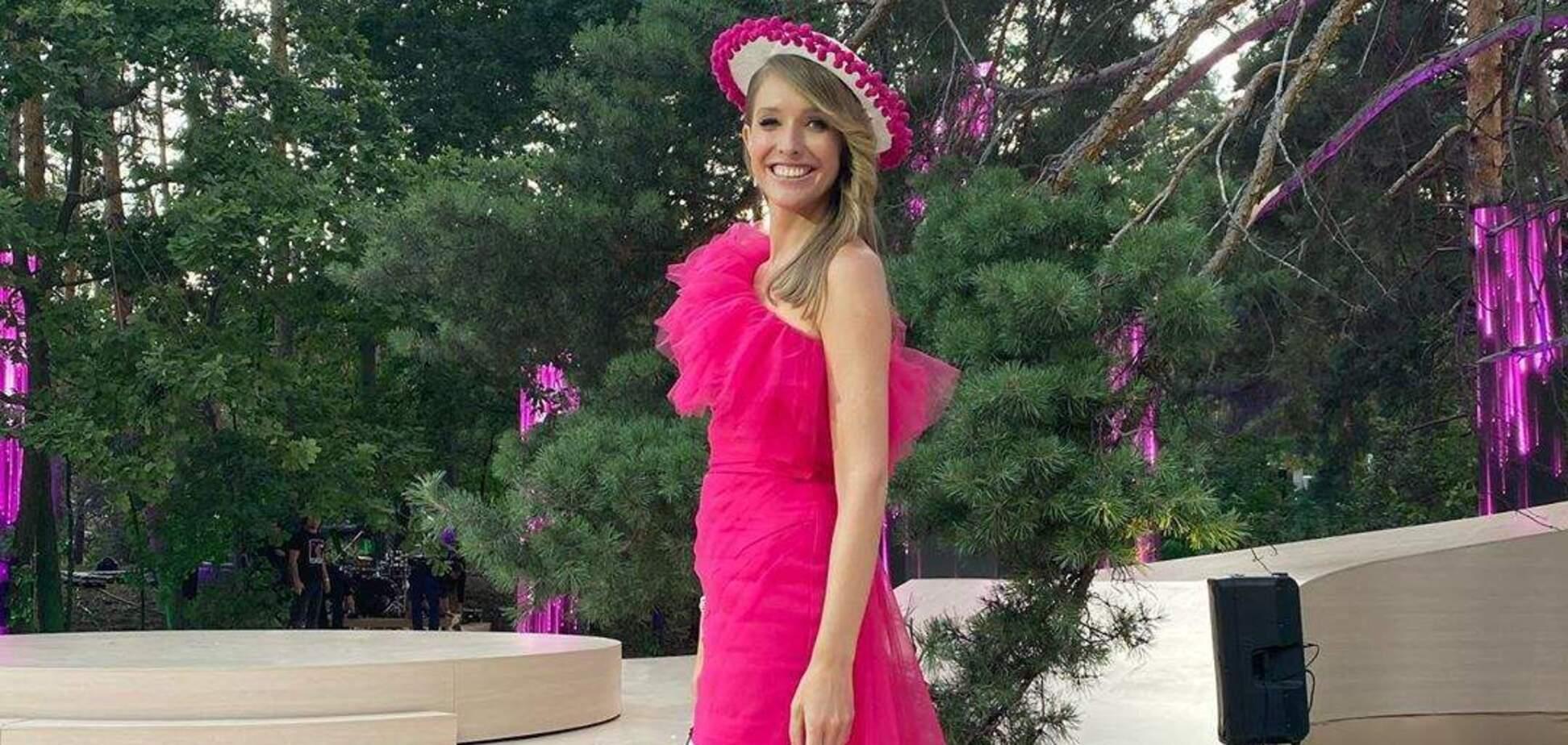 Вагітна Осадча зачарувала ніжним образом у малиновій сукні. Фото