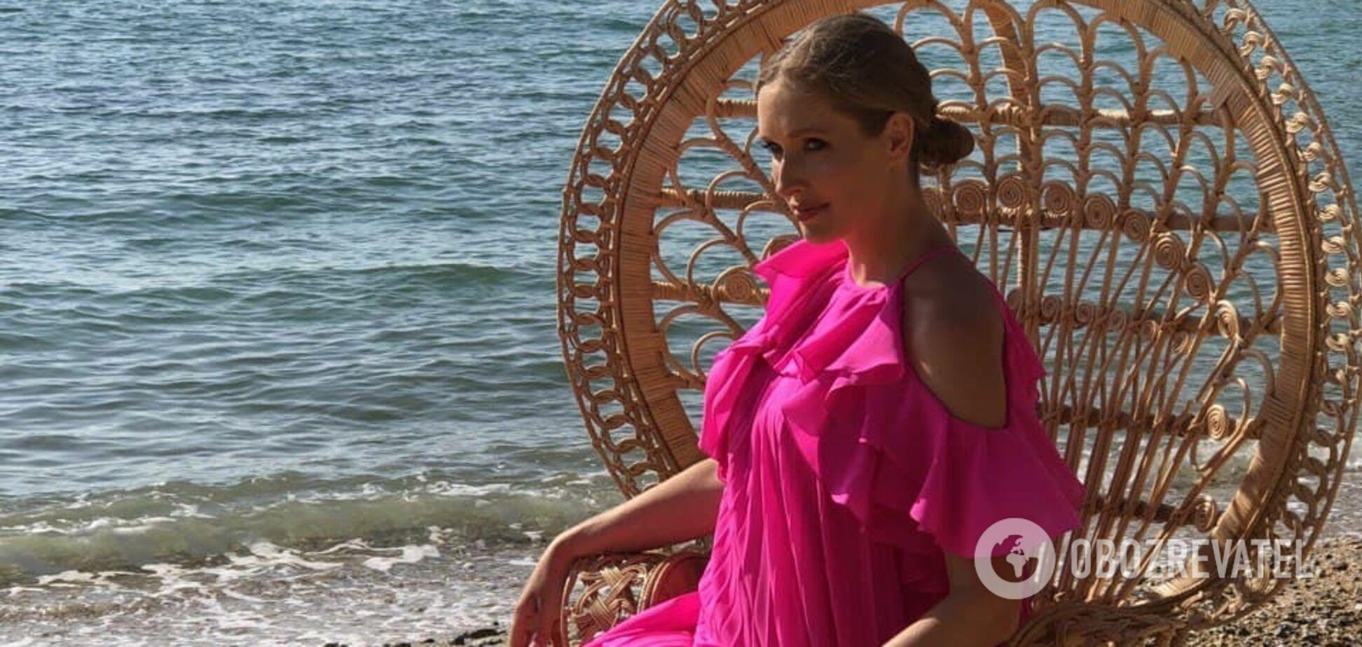 Беременная Осадчая очаровала нежным образом в малиновом платье. Фото