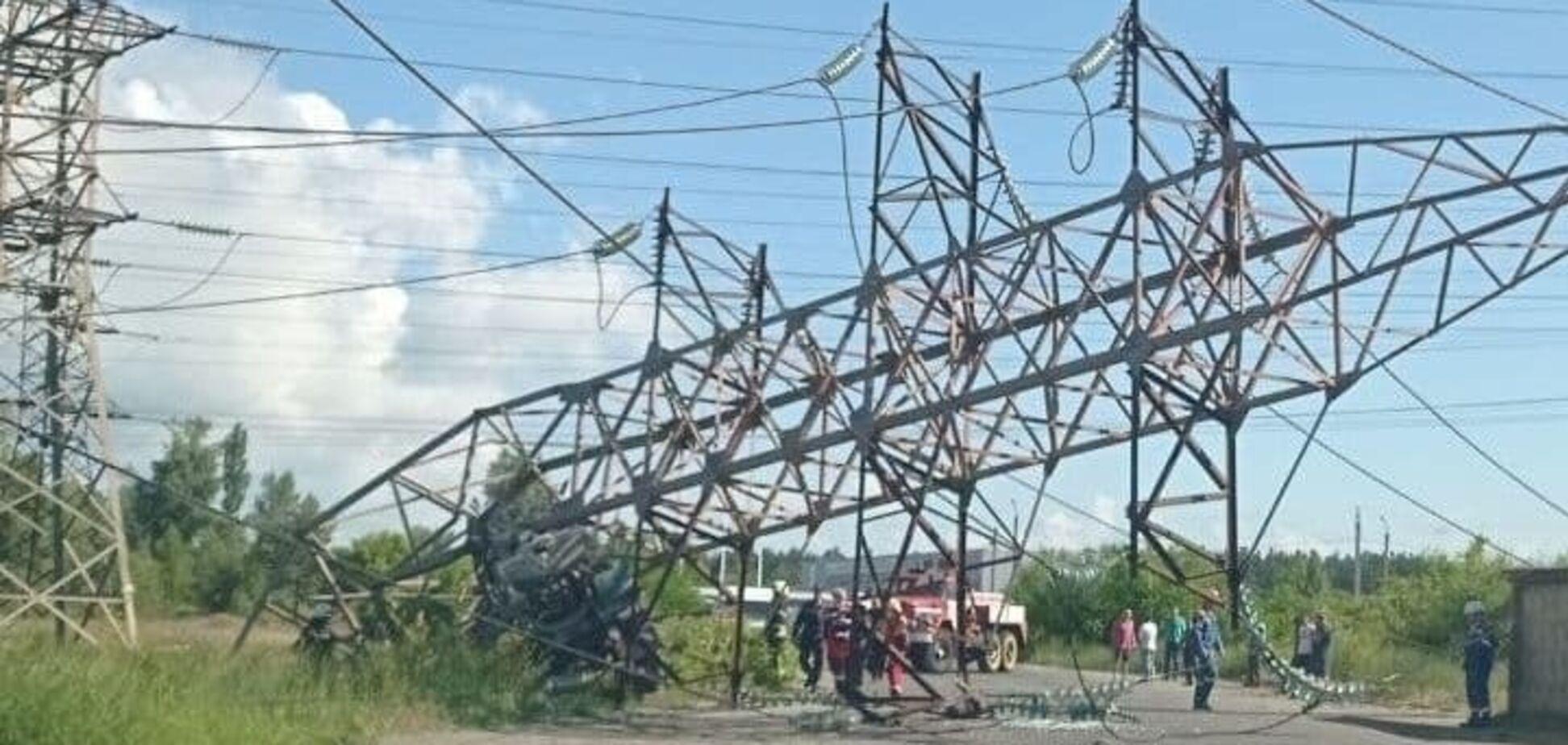 В Киеве на Троещине грузовик снес электроопору