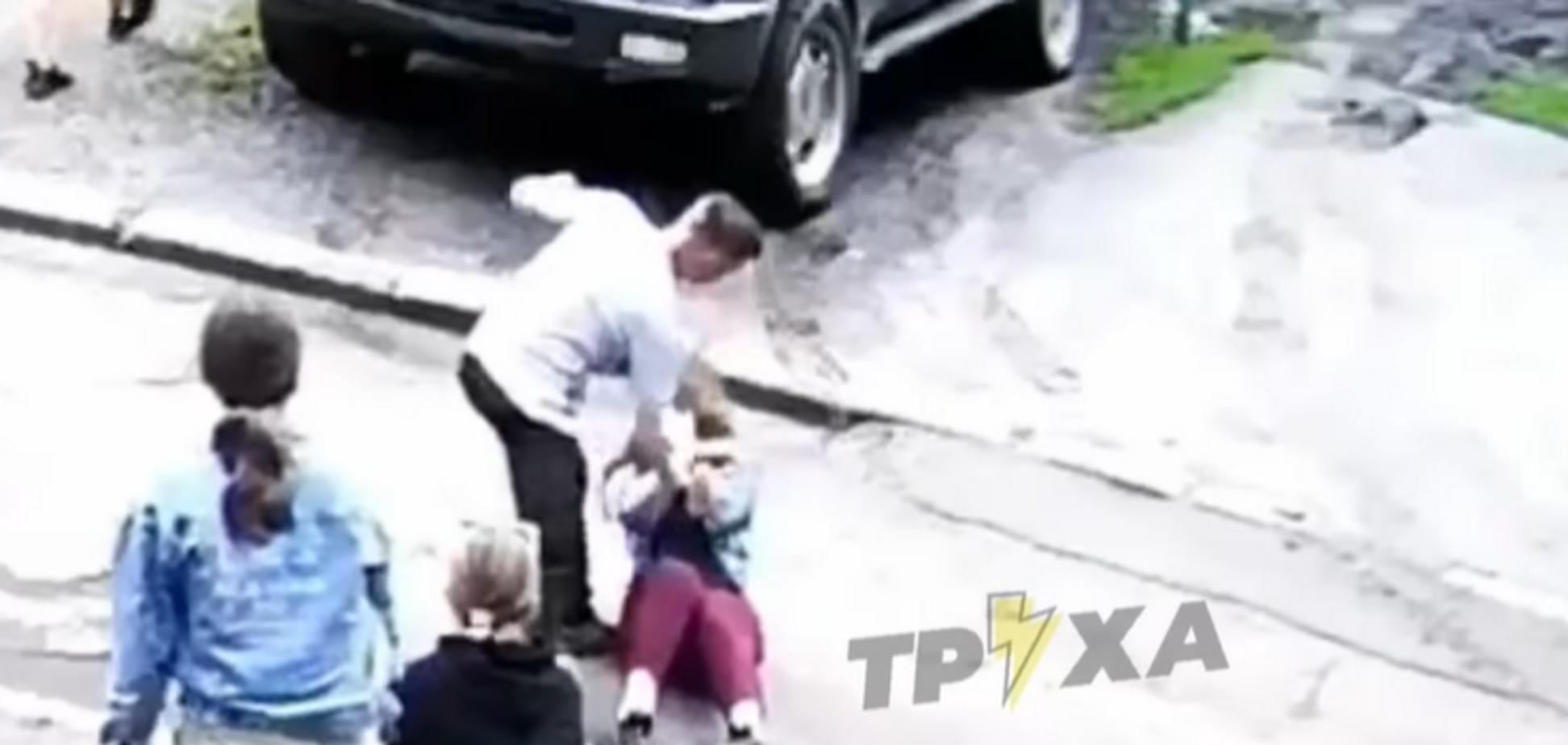 В Харькове 16-летний подросток жестоко избивал сверстниц: видео с камер попало в полицию