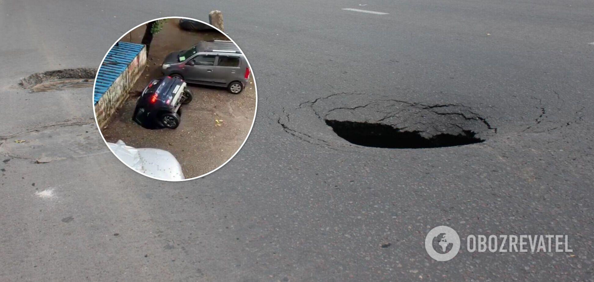 В Индии автомобиль провалился под асфальт и утонул: момент попал на видео