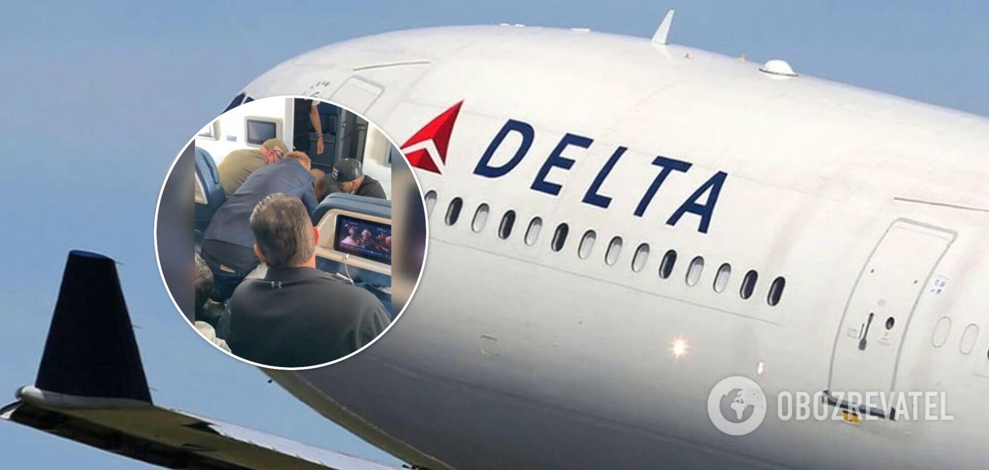 Мужчина пытался открыть дверь самолета во время полета