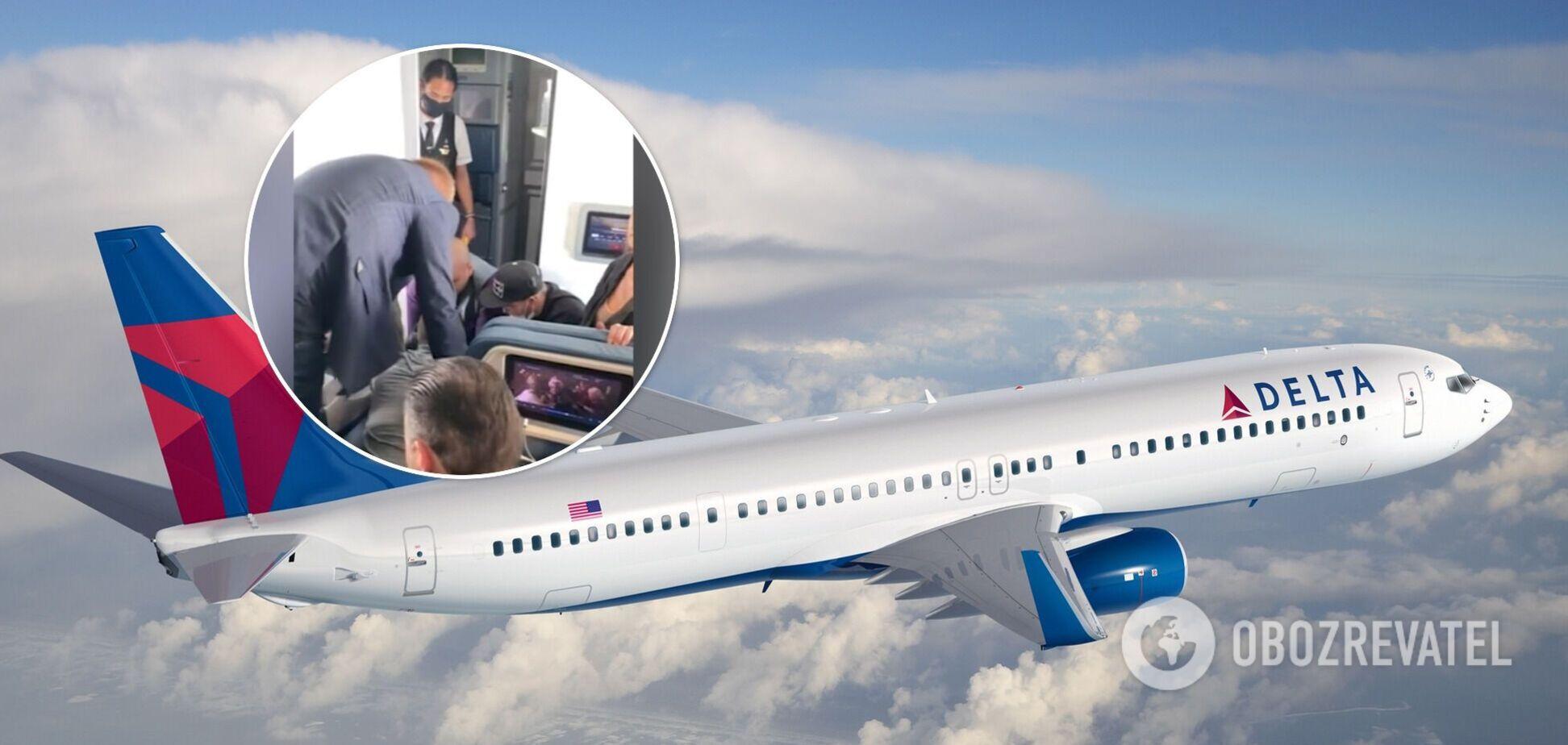У США запасний бортпровідник намагався вистрибнути з літака під час польоту. Відео
