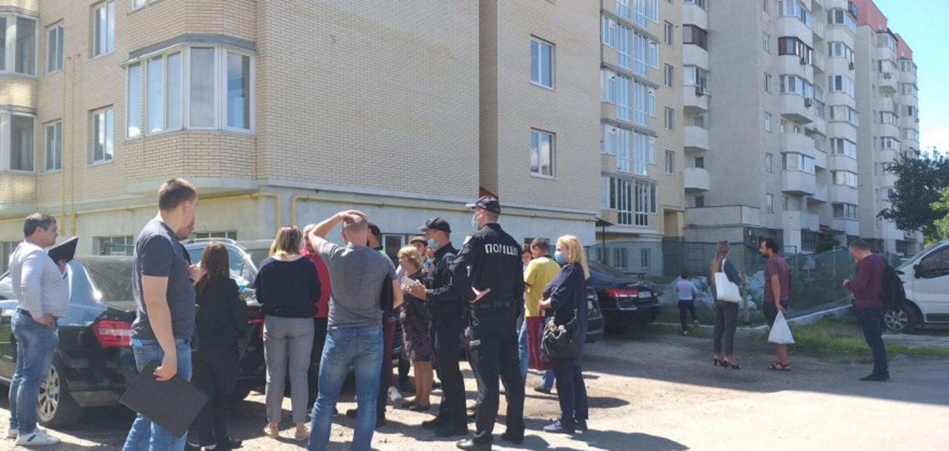Под Киевом продали участок с высоткой, в которой уже живут люди