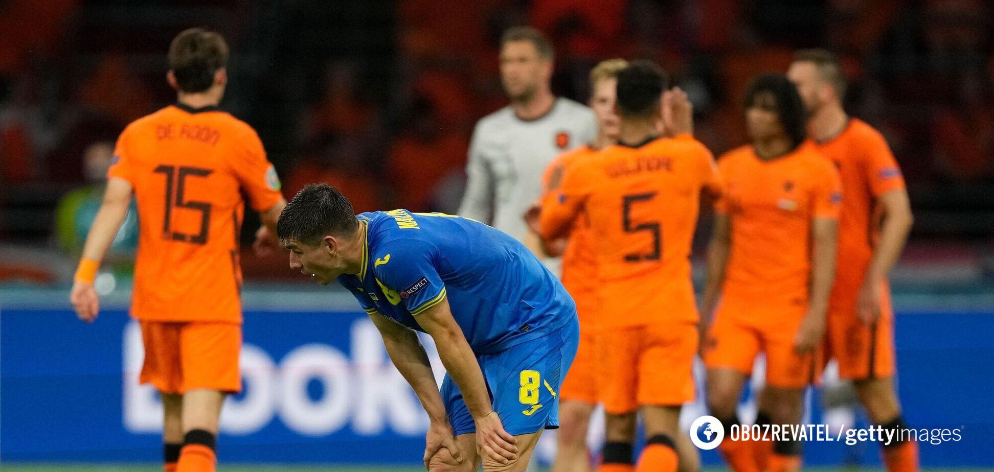 Руслан Малиновский, а на его фоне игроки сборной Нидерландов