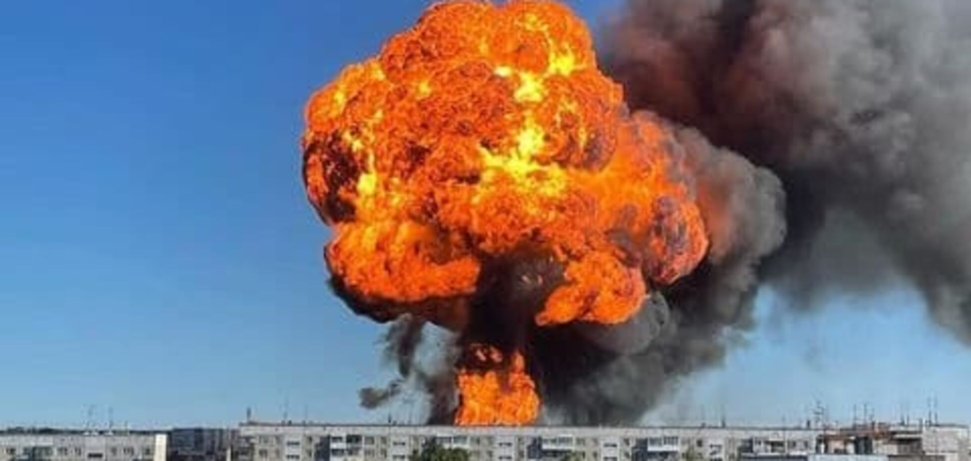 В России на АЗС после серии взрывов поднялся столб огня в небо