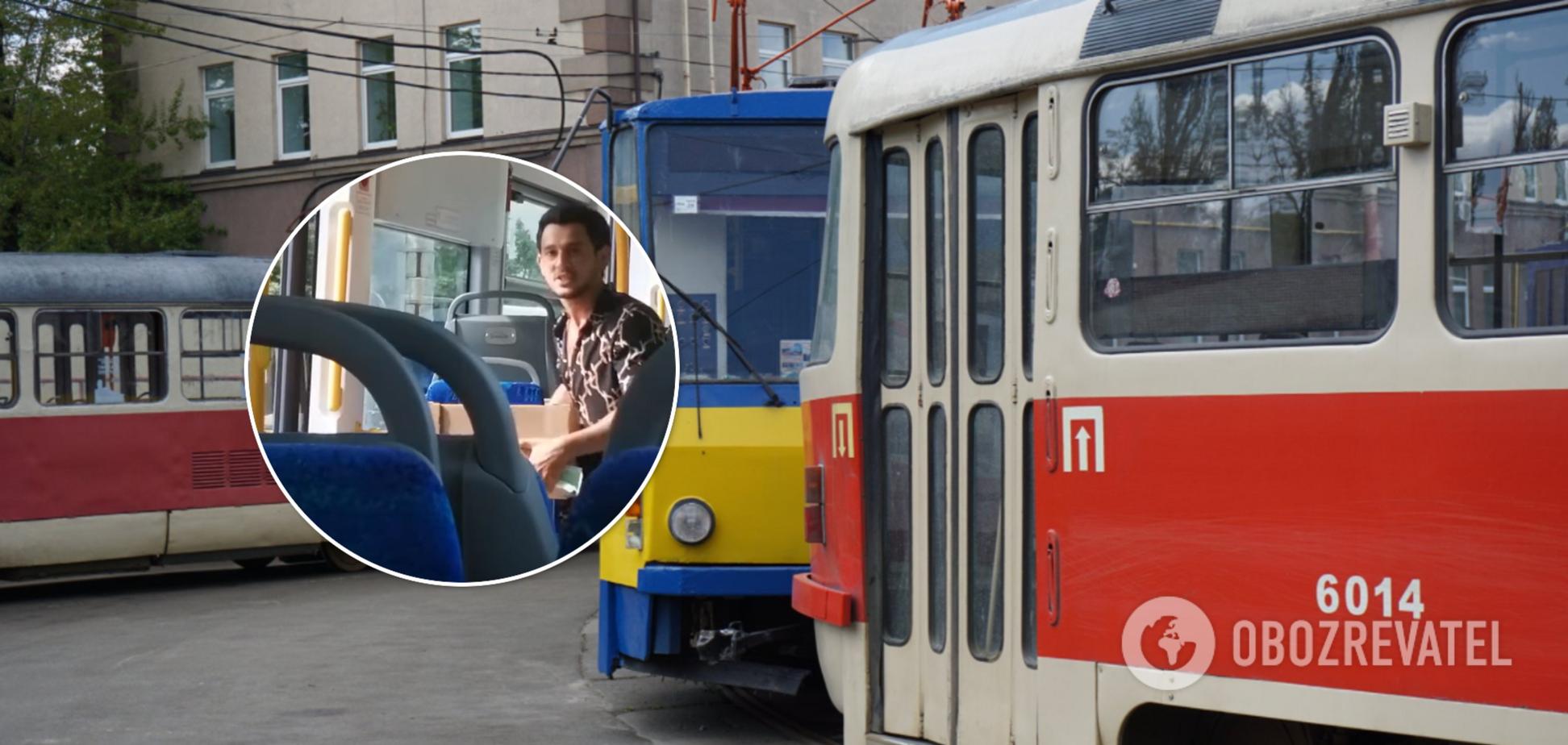 З київського трамвая вигнали іноземця з ящиком полуниці. Відео скандалу