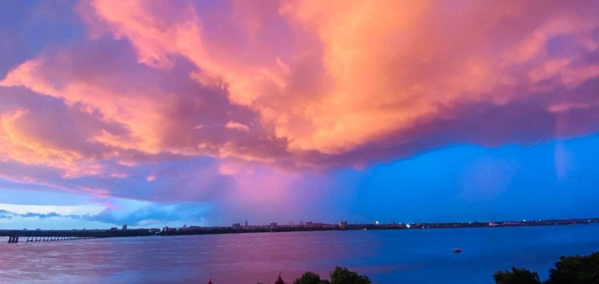 У Дніпрі після проливних дощів небо забарвилось в рожево-малиновий колір. Фото і відео