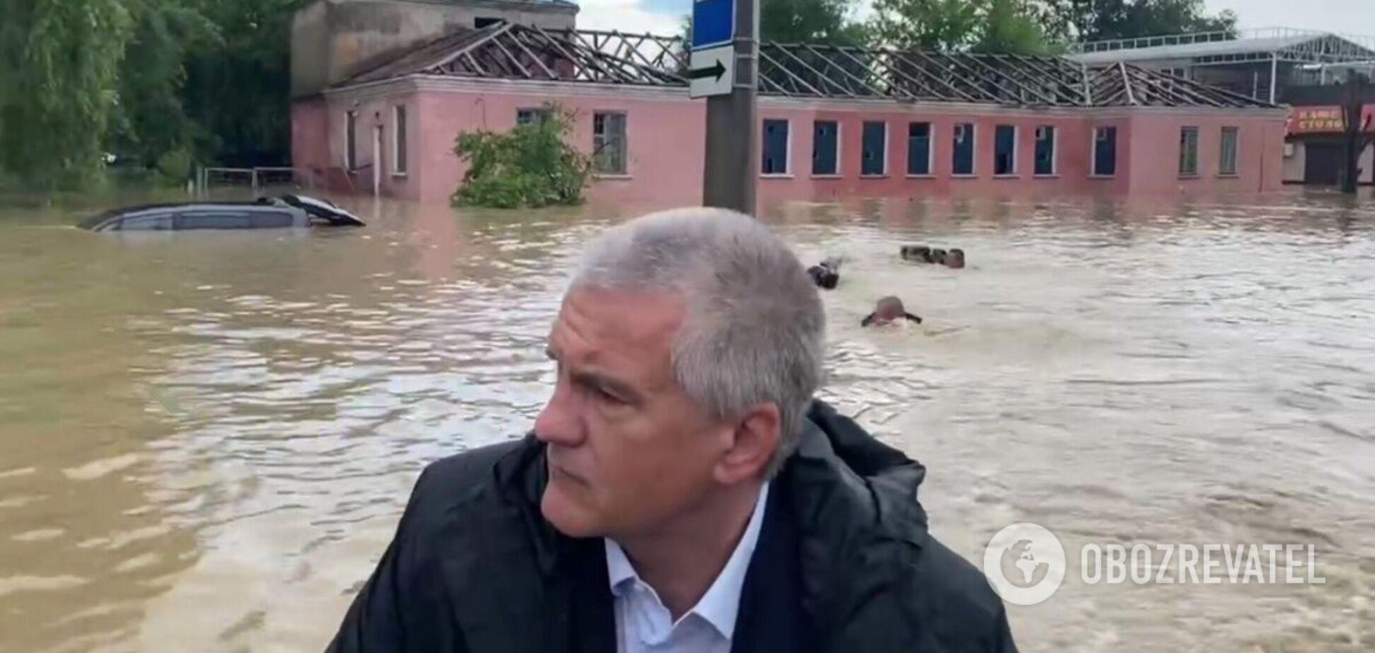 Аксенов в сопровождении пловцов покатался на лодке в затопленной Керчи