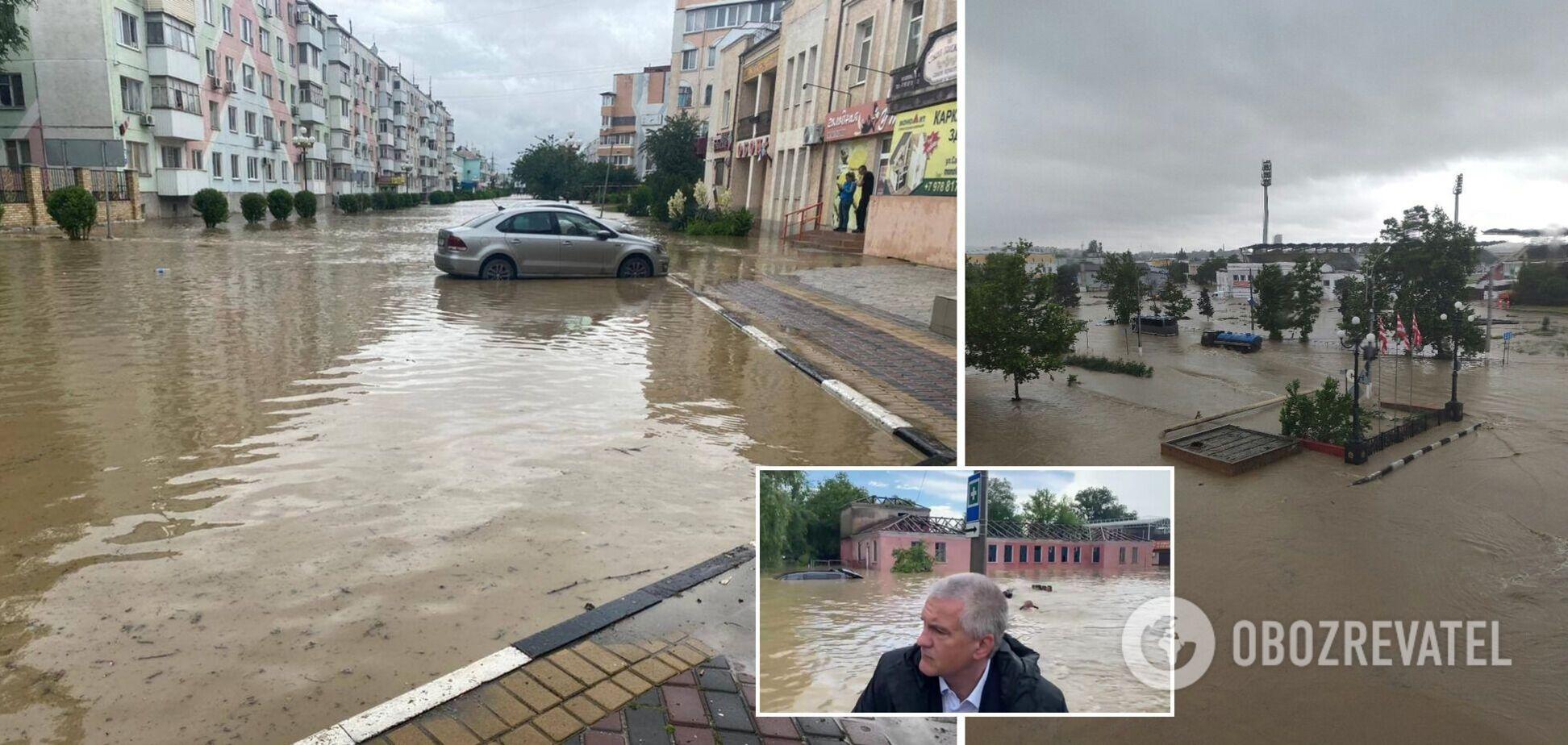 Аксьонов покатався на човні в затопленій після зливи Керчі. Відео