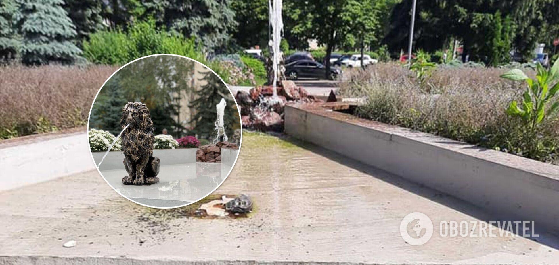 У Києві невідомі викрали скульптури левів із фонтана в новому сквері. Фото