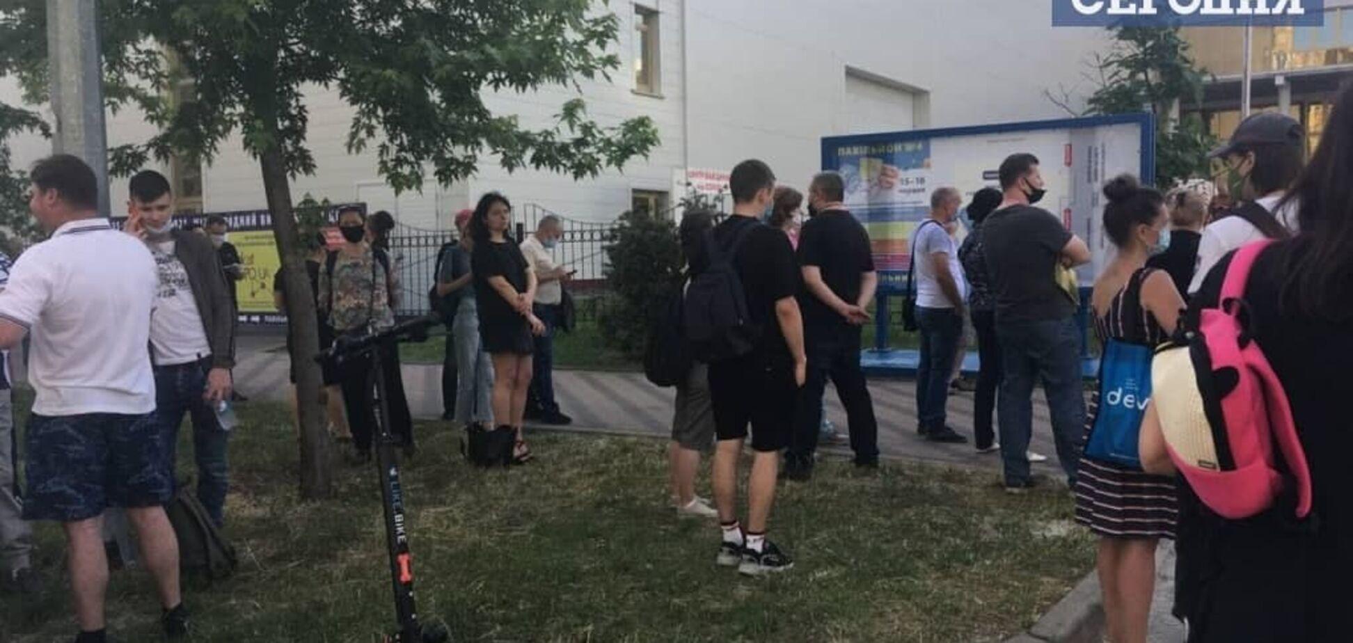 У Києві Центр вакцинації від COVID-19 почав працювати в будні дні: на щеплення вишикувалися черги. Фото