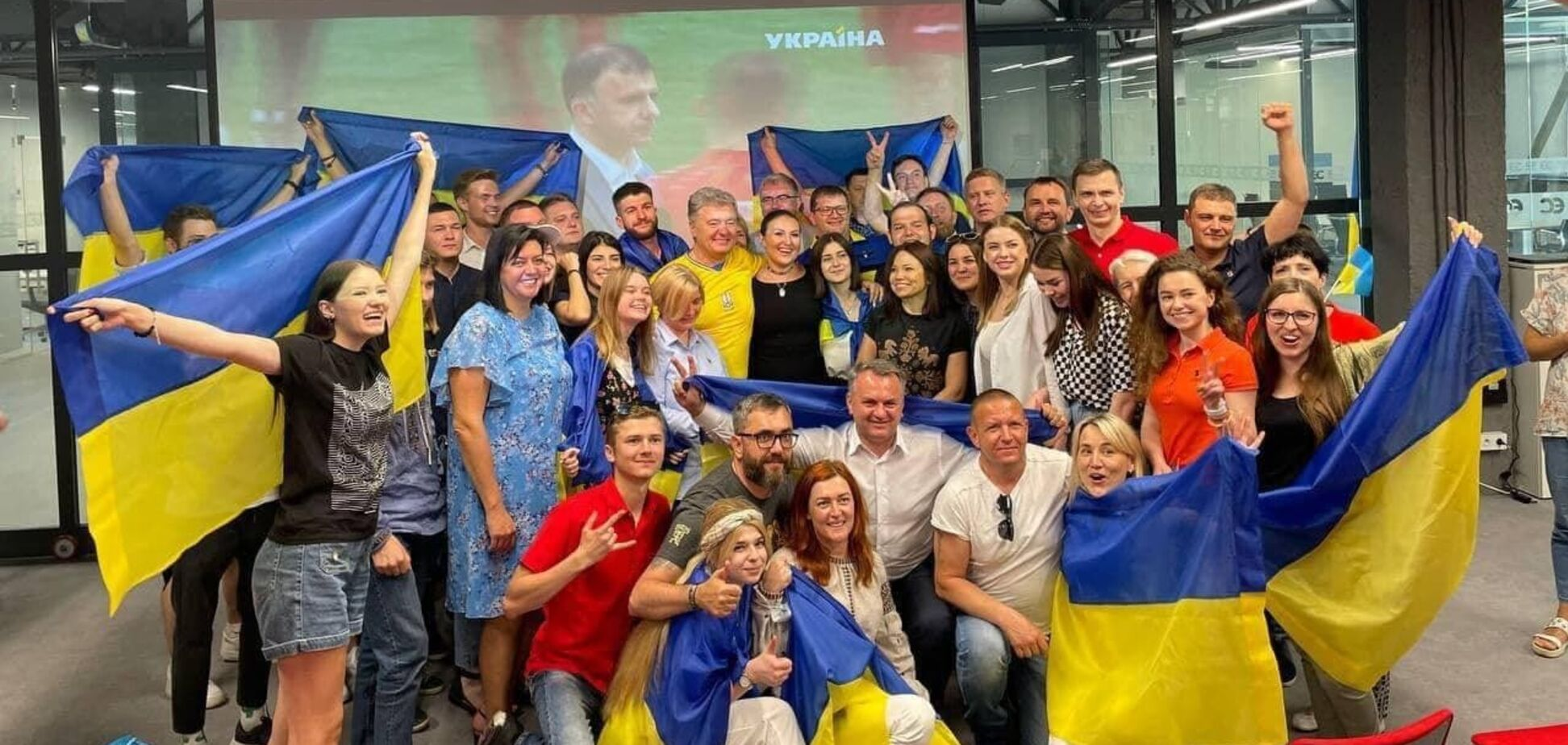 Порошенко показал, как 'ЕС' болеет за сборную Украины на Евро-2020. Видео