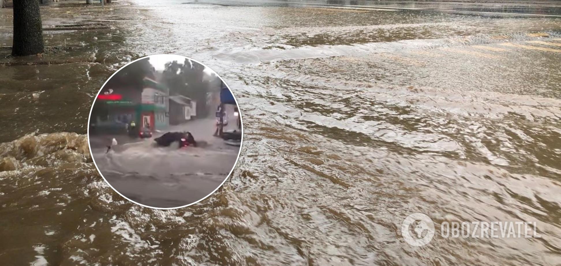 У Донецьку потужний потоп збивав людей з ніг на вулиці. Фото і відео негоди