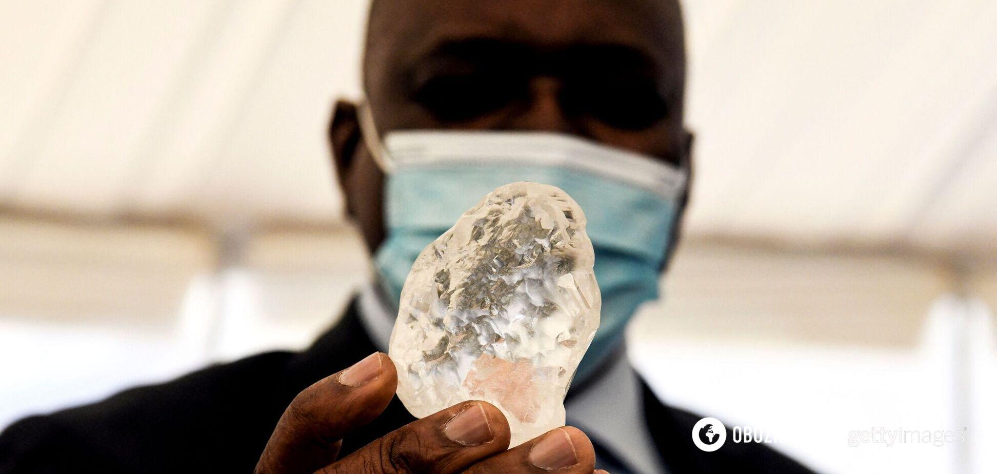 У Південній Африці знайшли алмаз розміром із куряче яйце. Фото