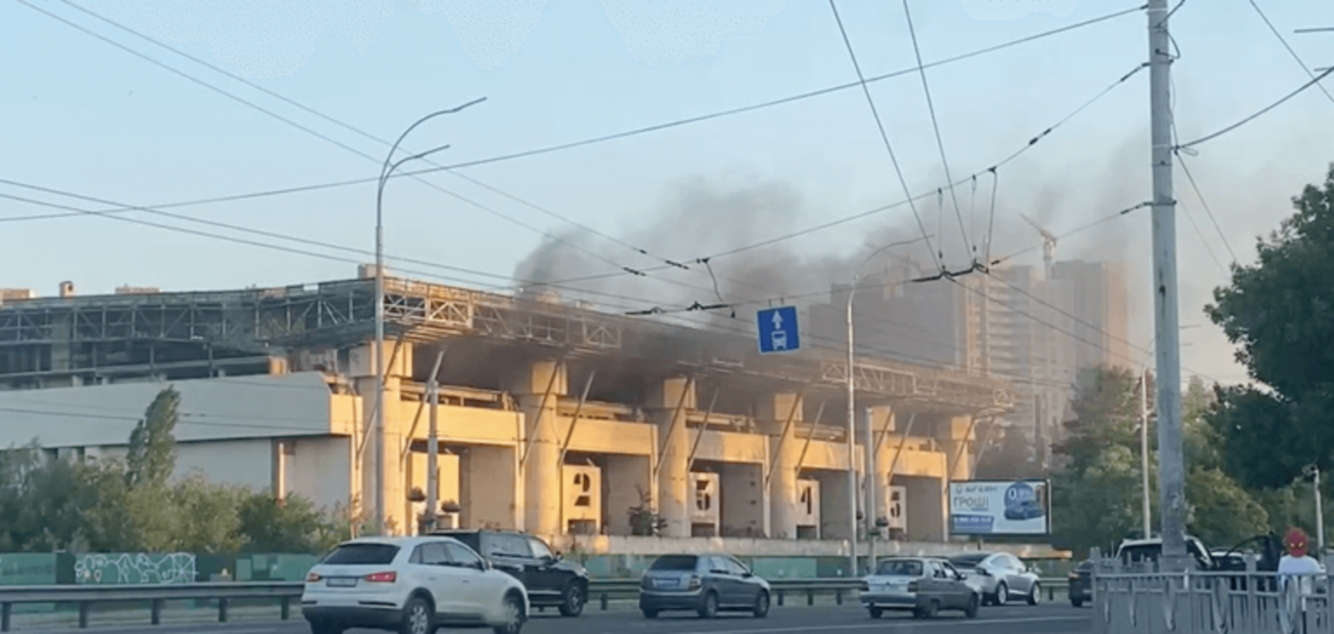 В Киеве произошел пожар в заброшенном Ледовом стадионе