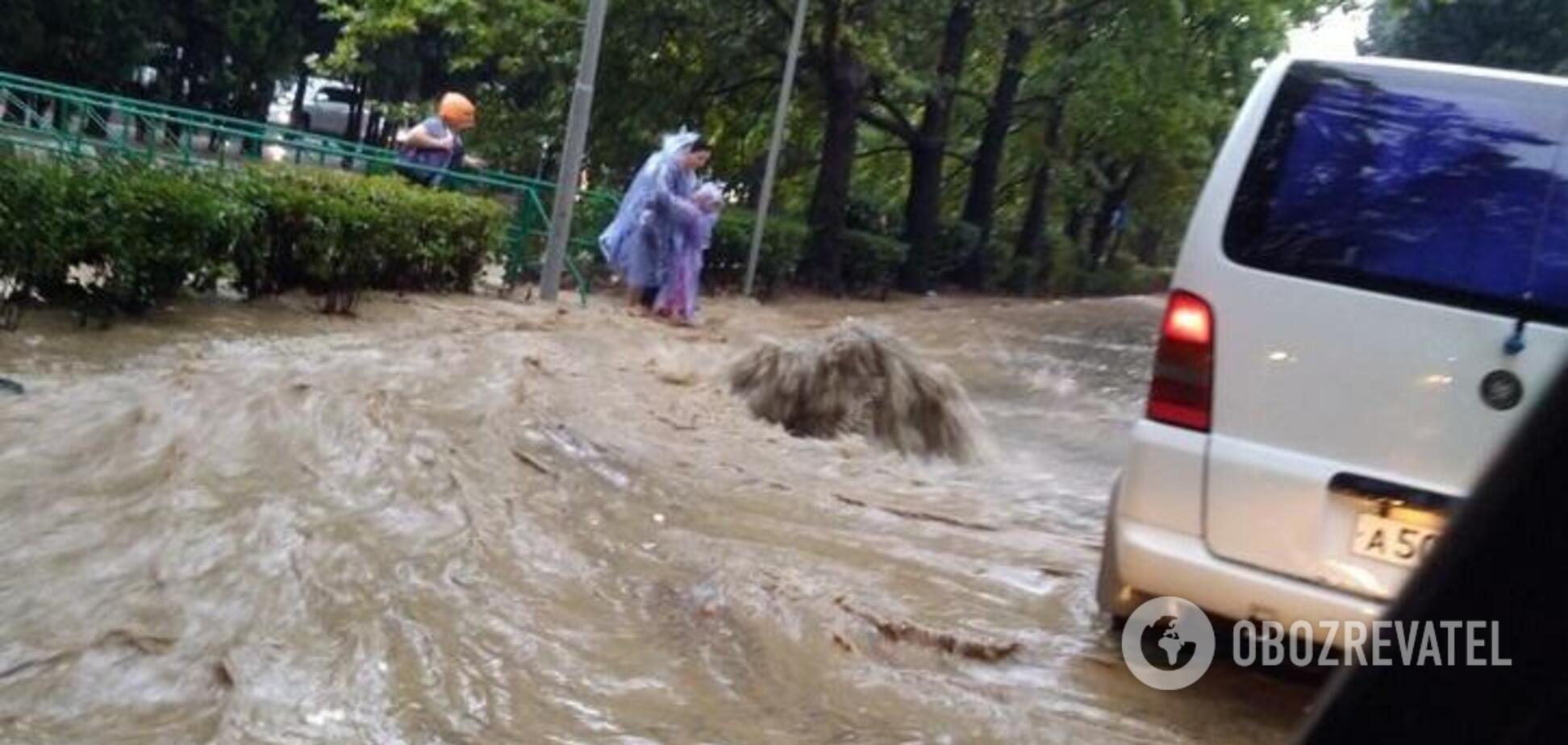 В Ялте потоки воды сносят людей и автомобили