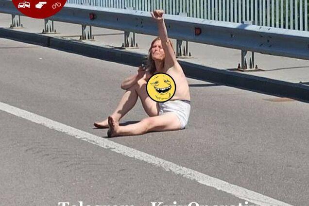В Киеве нетрезвая женщина разделась и легла прямо посреди дороги. Фото