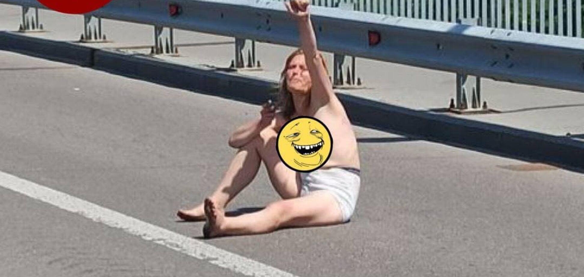 У Києві нетвереза жінка роздяглася і лягла прямо посеред дороги. Фото