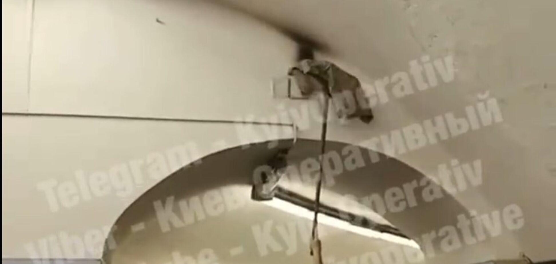 В метро Киева произошел пожар: огонь тушили шваброй