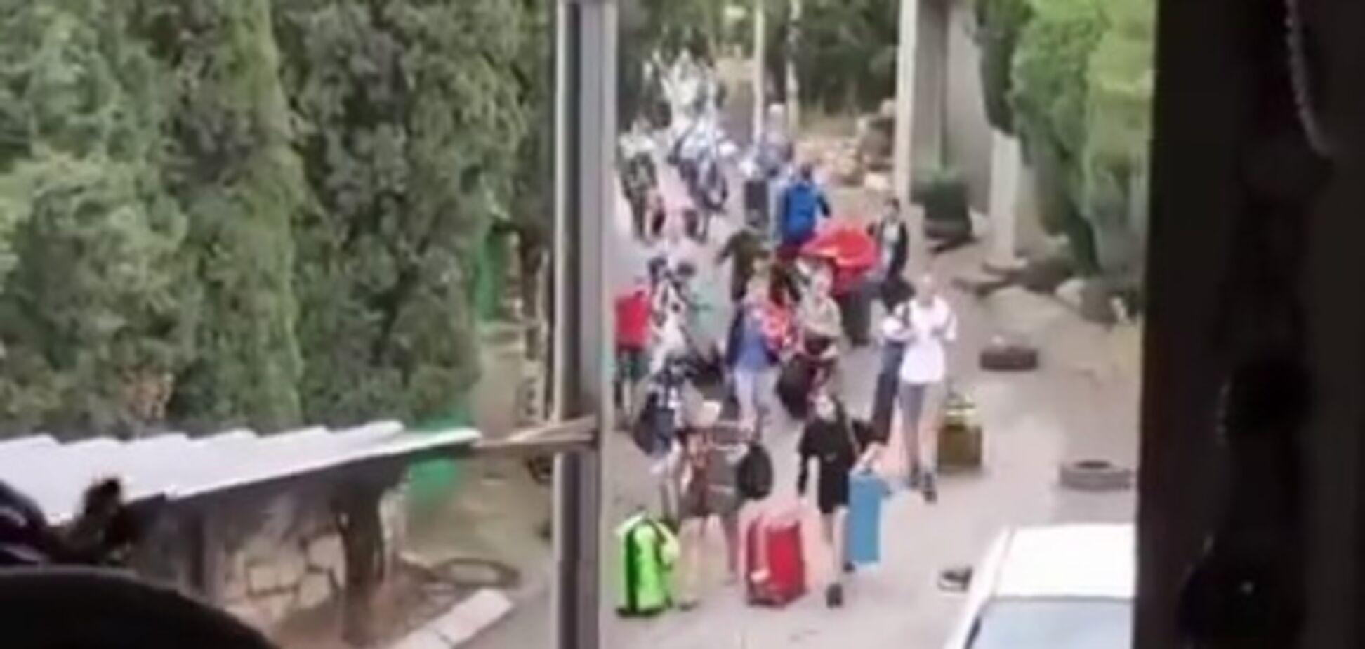 Туристы уезжают из Крыма после потопов