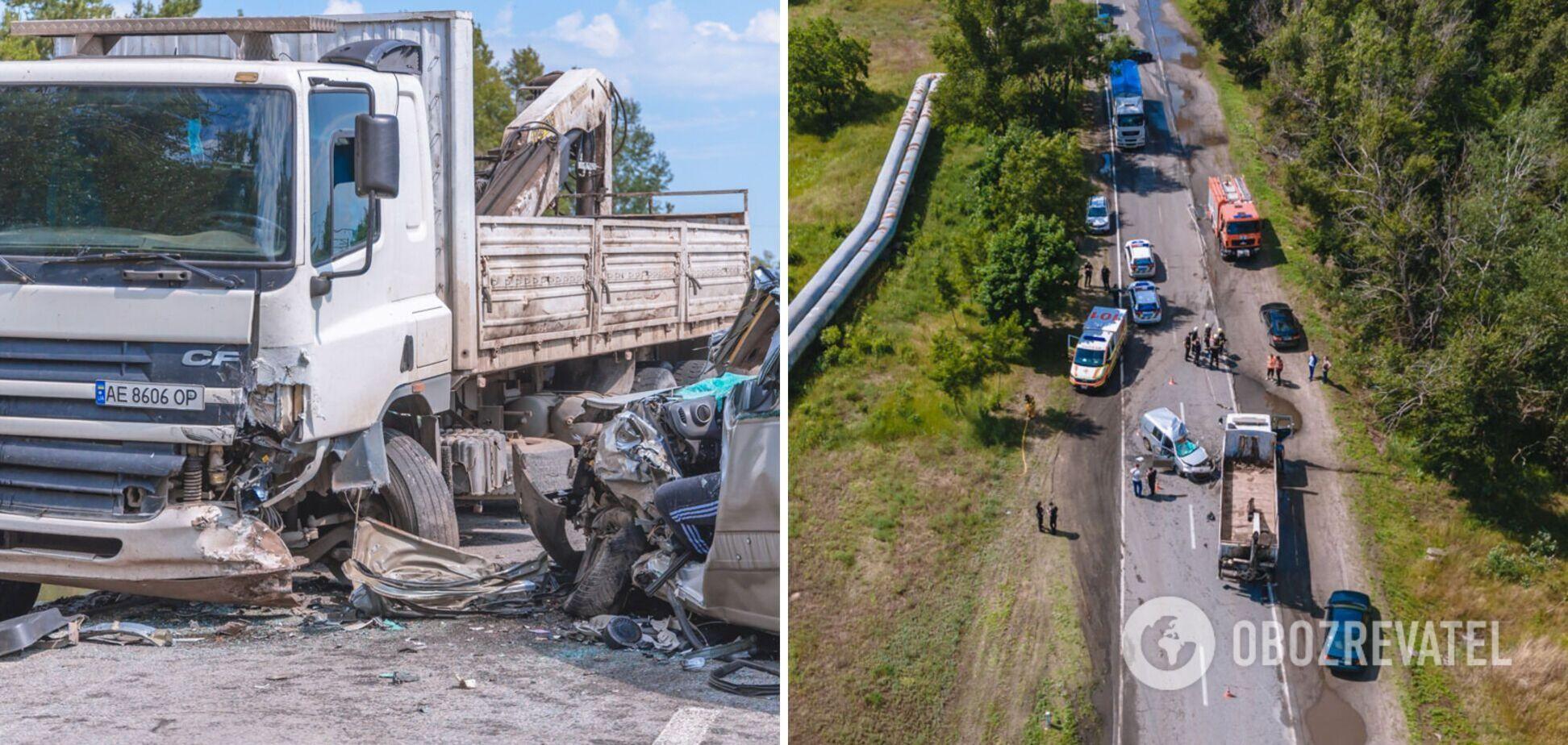 В Днепре легковушка врезалась в грузовик: водитель погиб на месте. Фото и видео