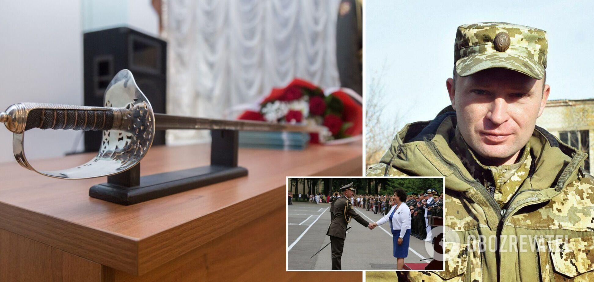 Героя освобождения Мариуполя наградили мечом королевы Британии: историческое видео