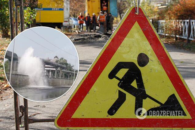 В Киеве на Оболони забил гейзер, вода заливала проезжую часть. Видео