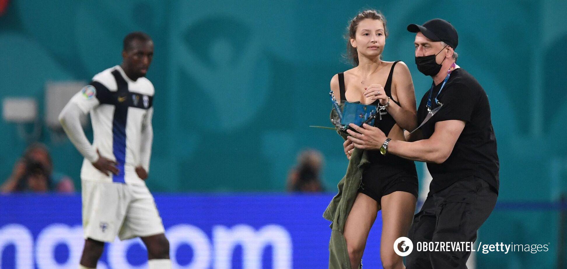 Девушка выбежала на стадион