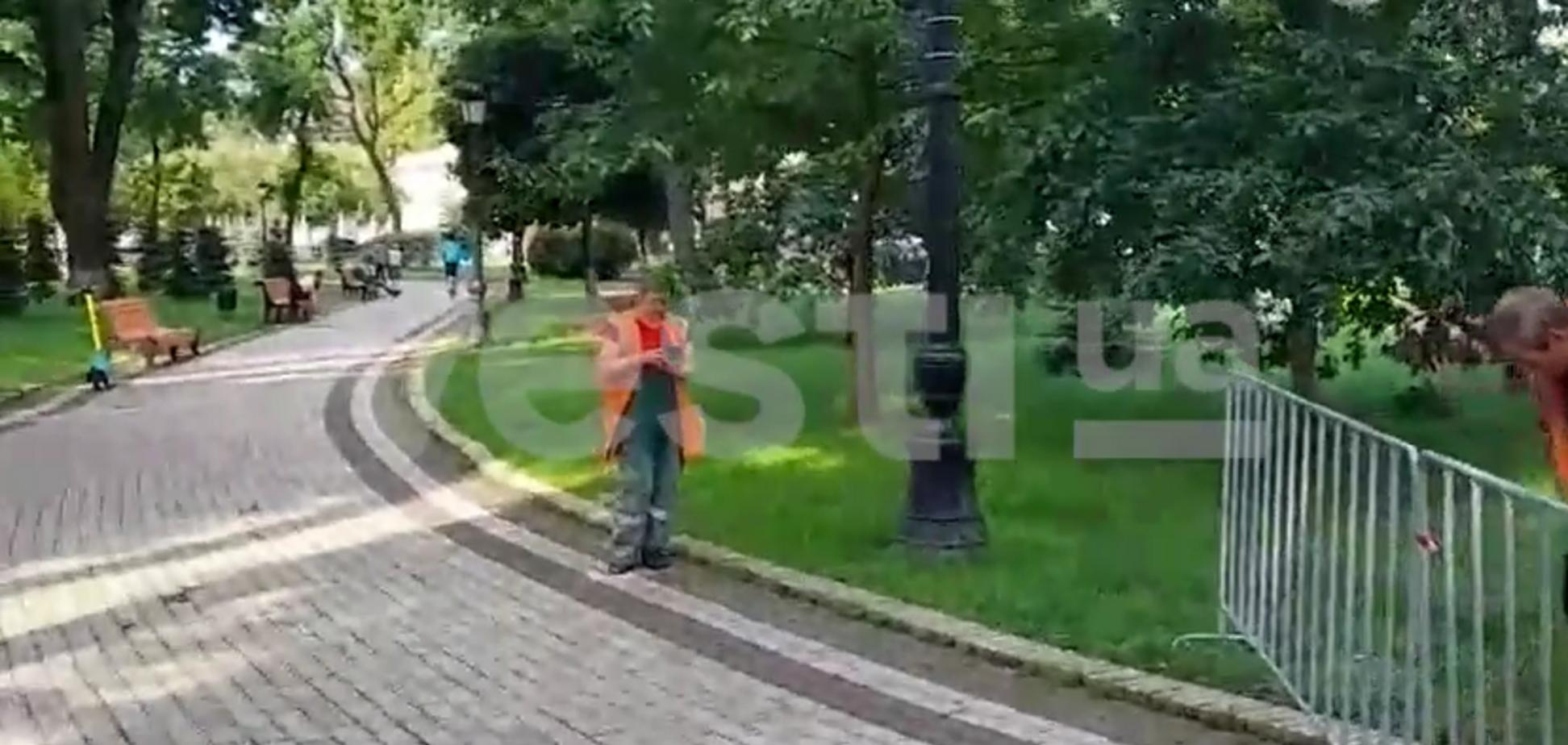 Мариинский парк чистят и убирают перед визитом Зурабишвили