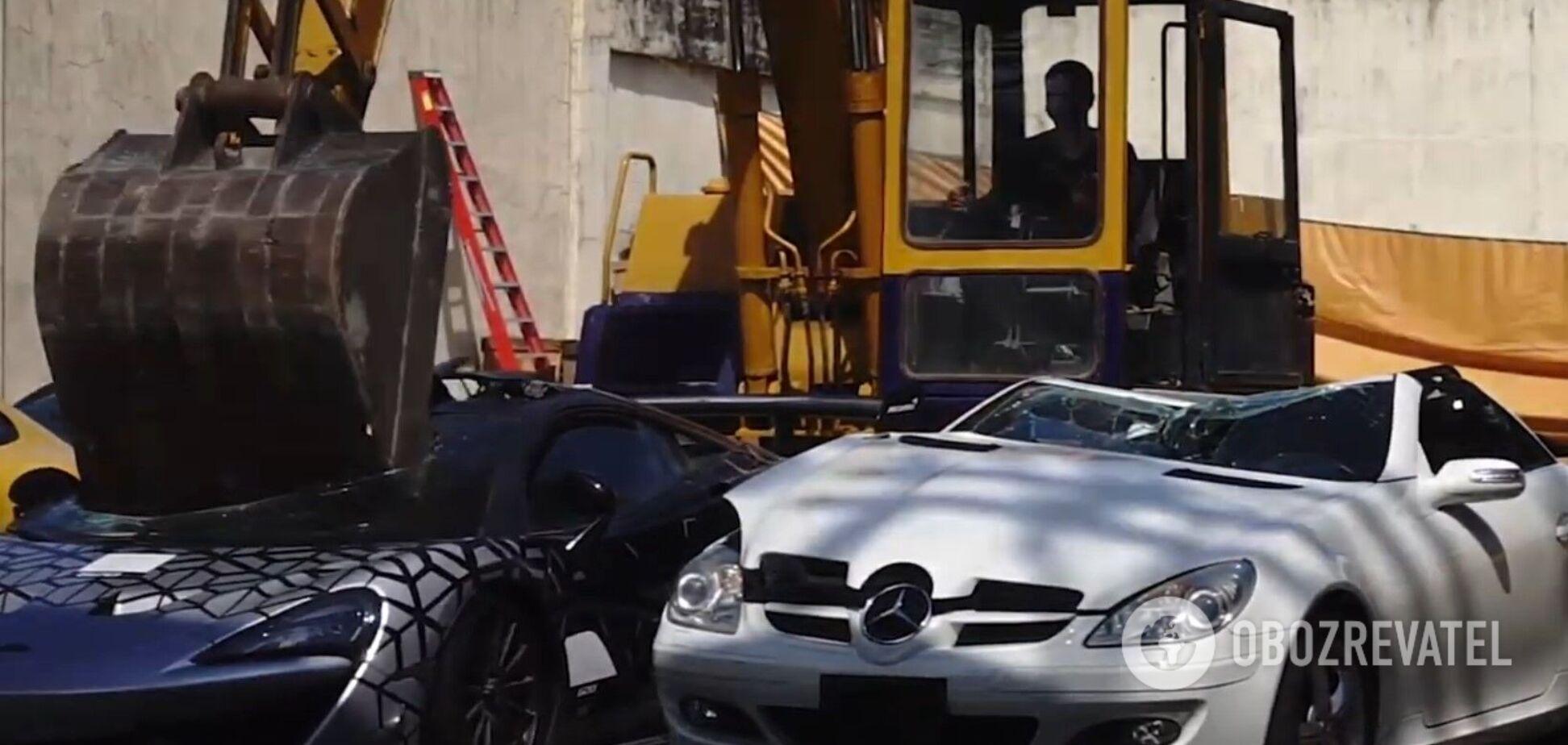 На Філіппінах митники знищили контрабандні автівки преміум-класу на $58 млн. Відео 'страти' машин