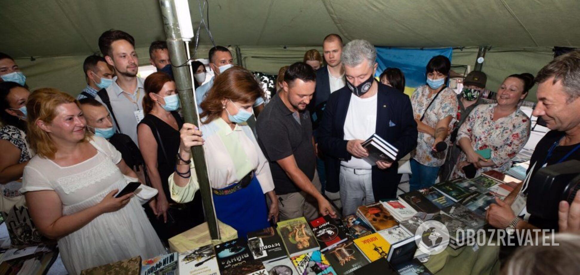 Семья Порошенко на Книжном Арсенале в первую очередь посетила ветеранскую палатку: 'Здесь точно вырастают крылья'