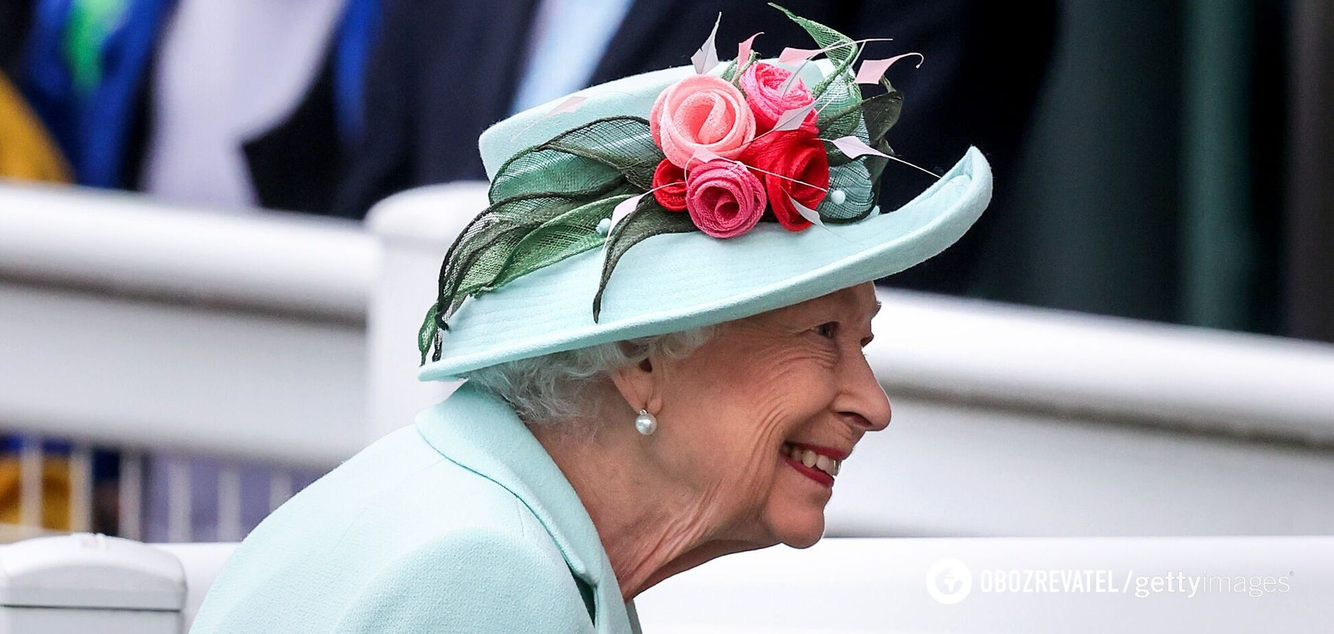 Єлизавета II в бірюзовому пальті і фірмовому капелюсі відвідала знімальний майданчик