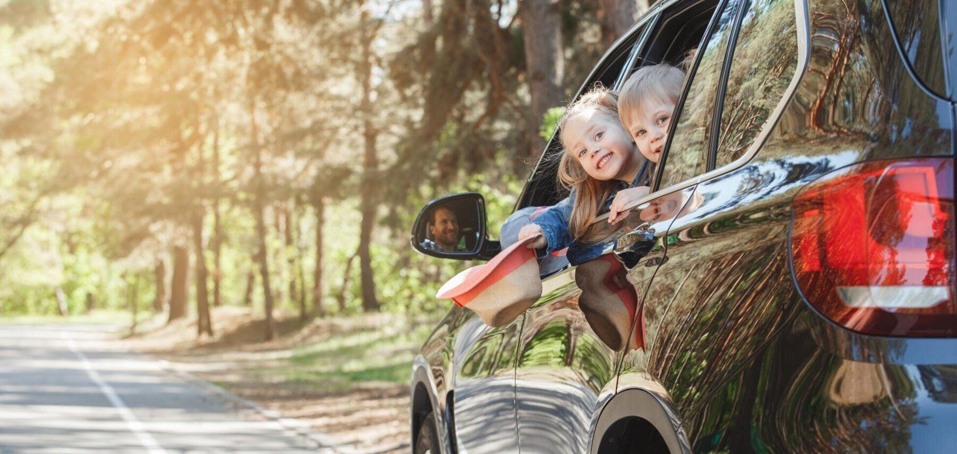 Діти в автомобілі