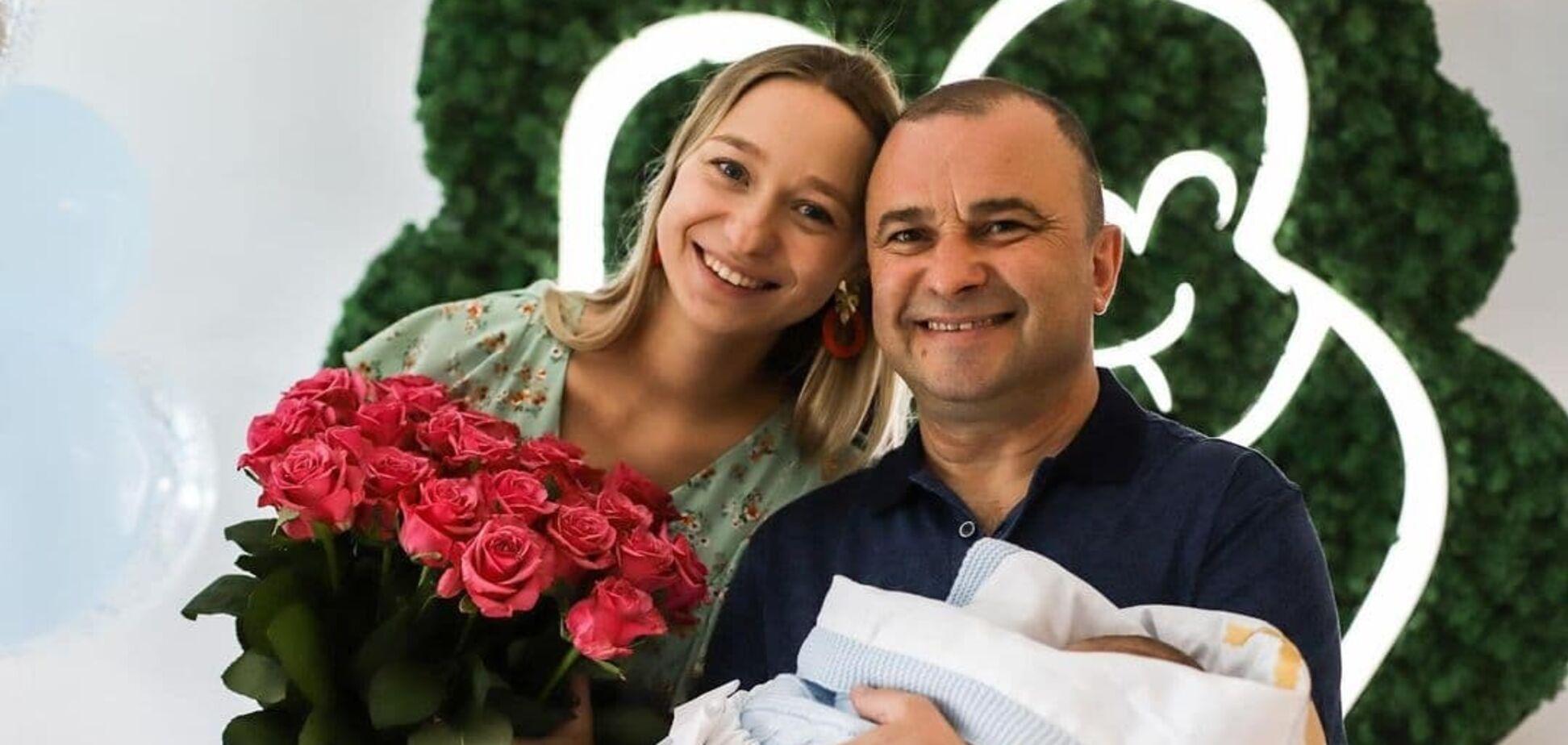 Дружина Віктора Павліка показала фото з виписки з пологового будинку зі своїми близькими