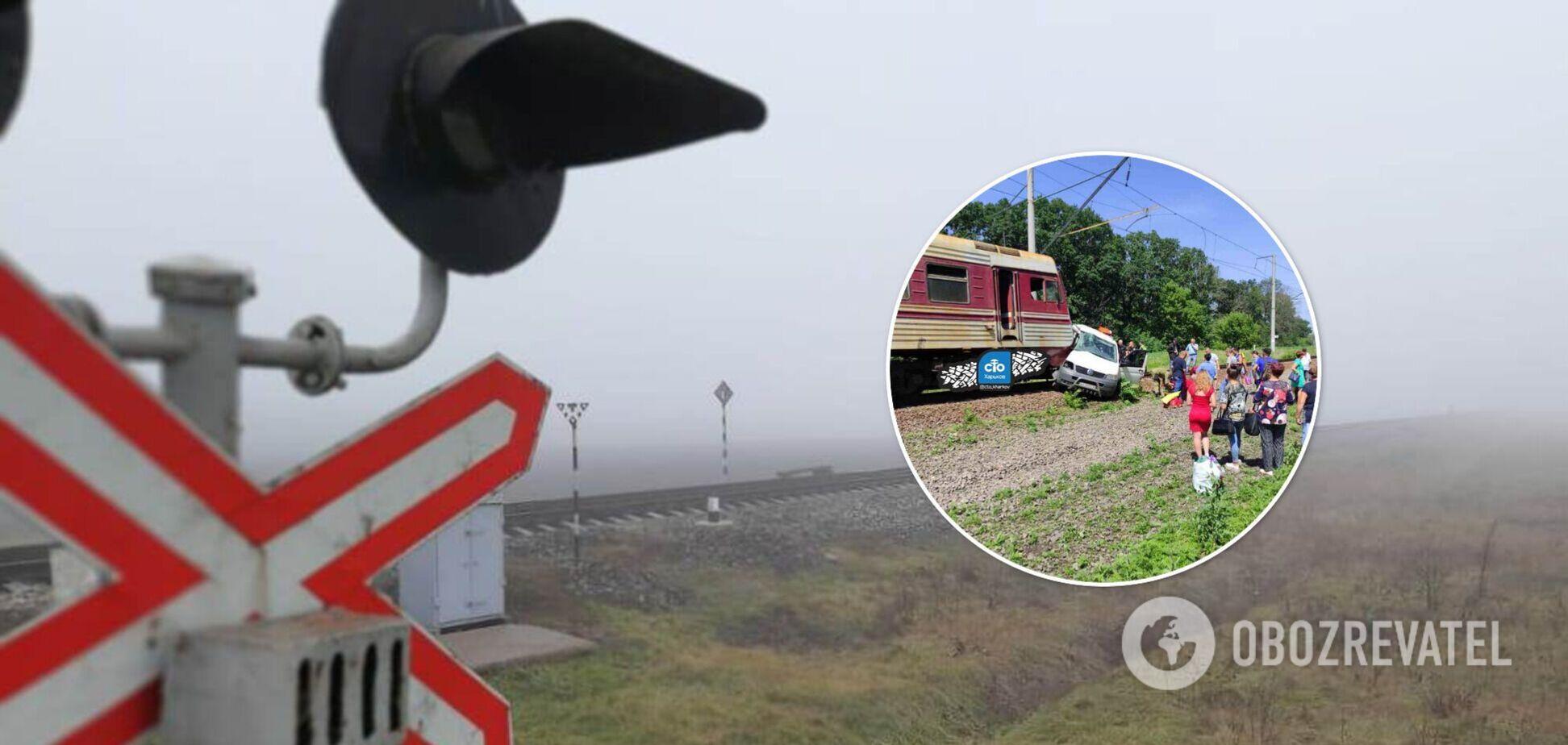 Під Харковом поїзд зніс мікроавтобус на переїзді. Фото та відео
