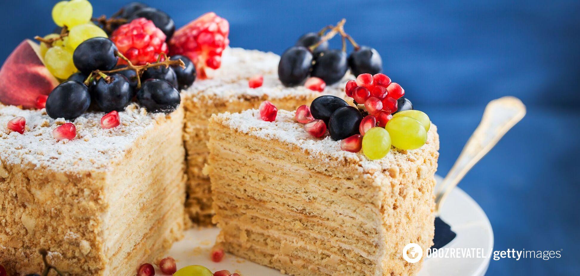 Медовик с ягодами и фруктами