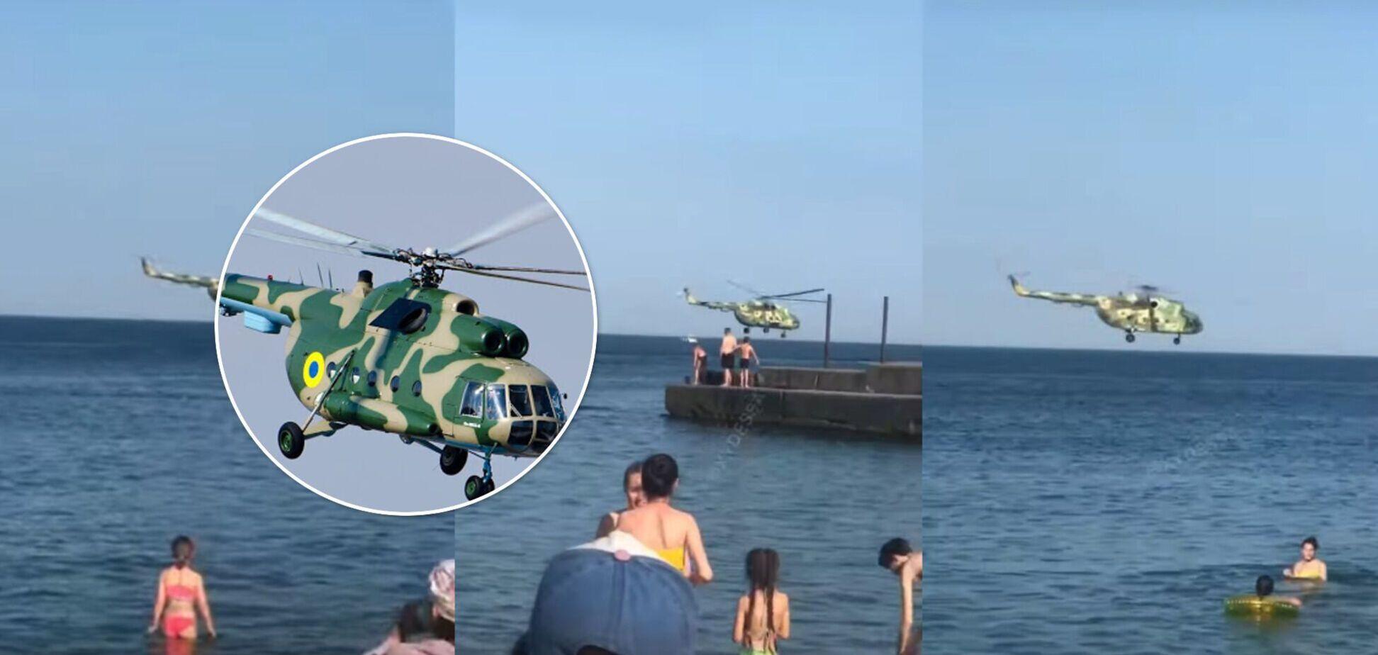 В Одессе военный вертолет пролетел прямо над головами отдыхающих на пляже. Видео 'высшего пилотажа'