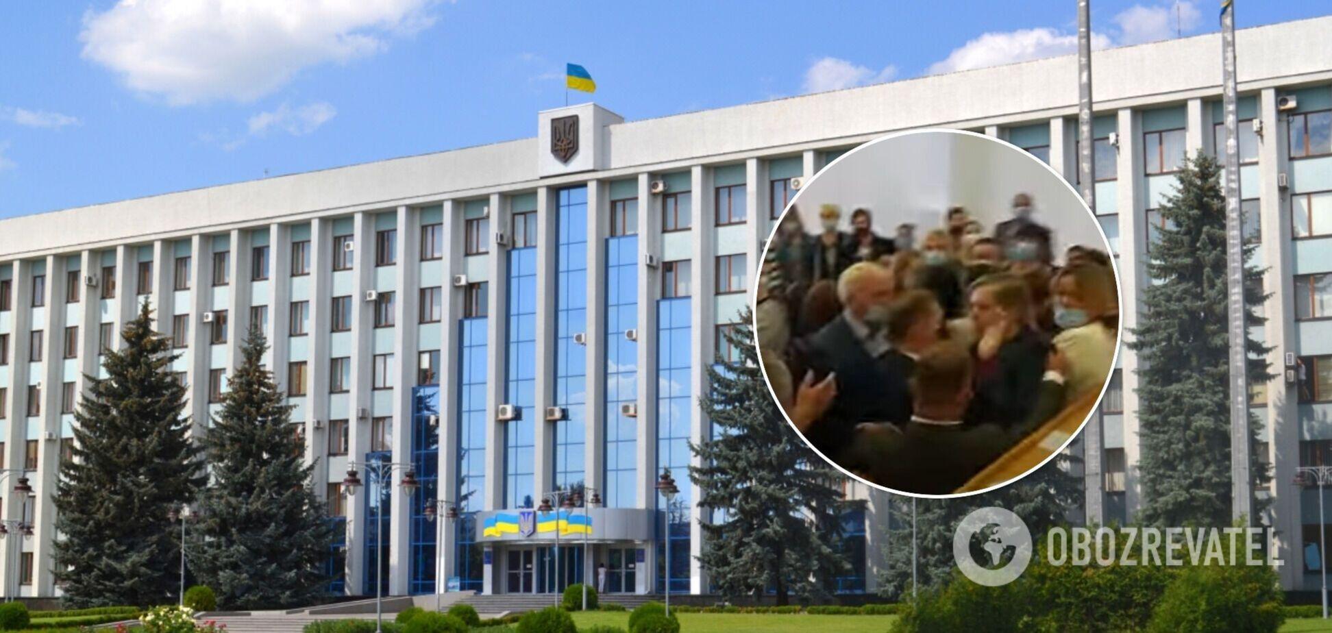 Депутаты Ривненского облсовета подрались из-за нового департамента. Видео