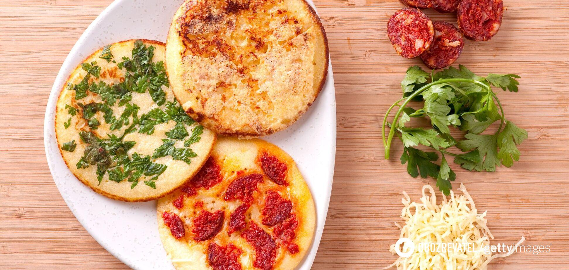 Блины с зеленью, колбасой и сыром на завтрак