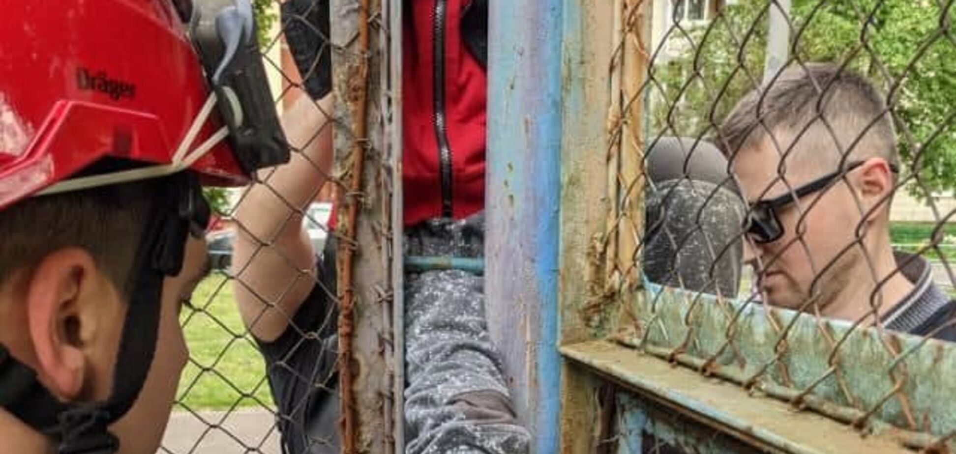 В Киеве мальчик застрял в решетке ограждения на спортивной площадке