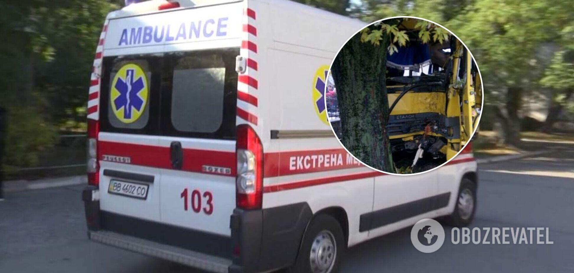 У Львові маршрутка з пасажирами врізалася в дерево: поранено 5 осіб