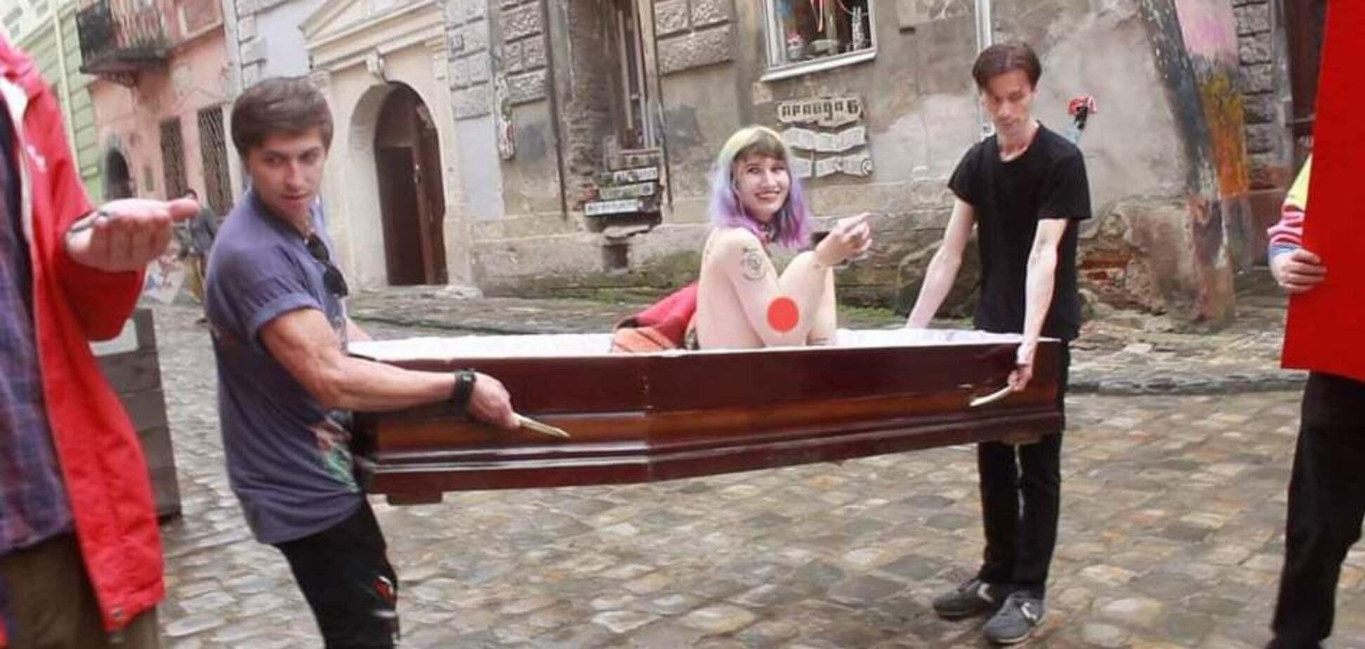 Центром Львова носили оголену дівчину в домовині: що це було. Фото і відео