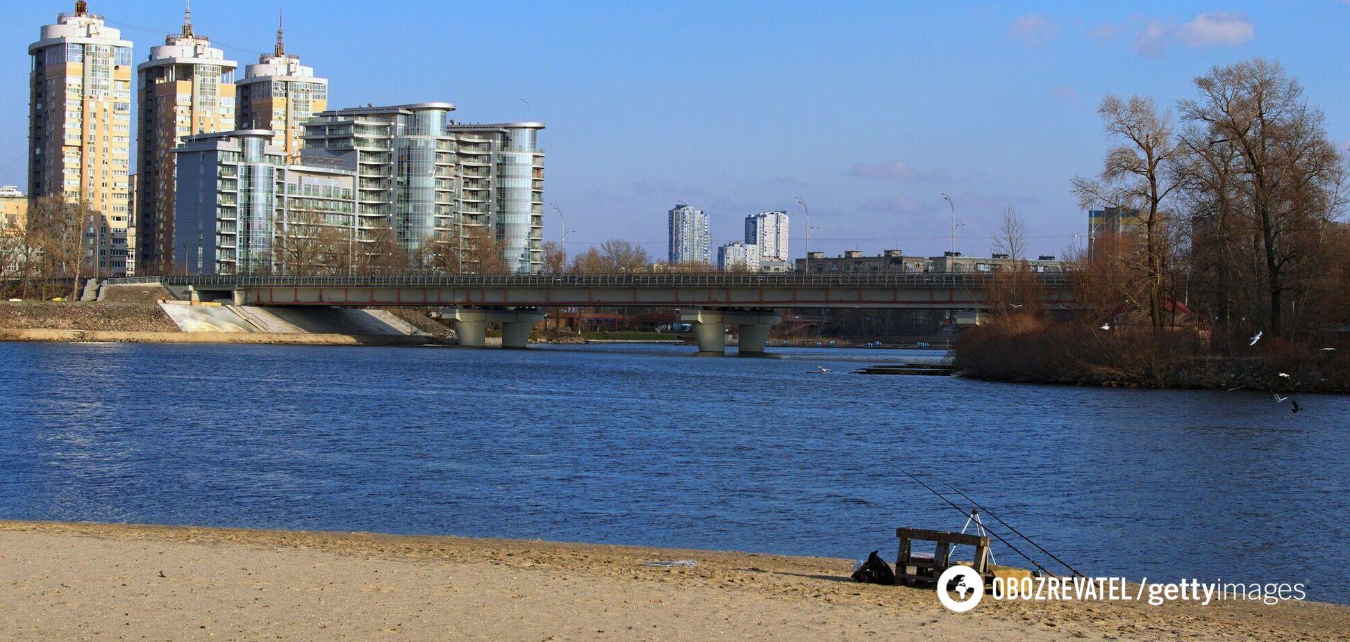 У Києві 'зацвів' Дніпро: міська влада закликала утриматися від купання. Відео