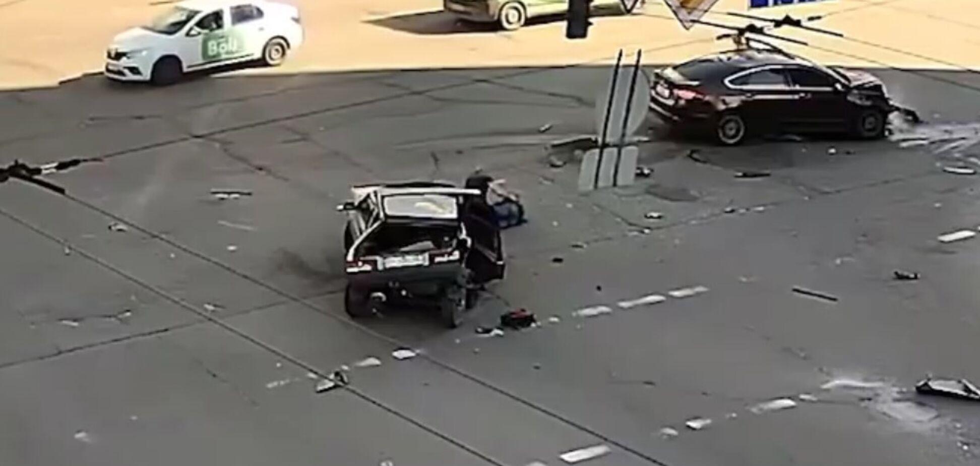 У Києві зіткнулись два автомобілі, від удару пасажир випав на проїжджу частину. Відео ДТП