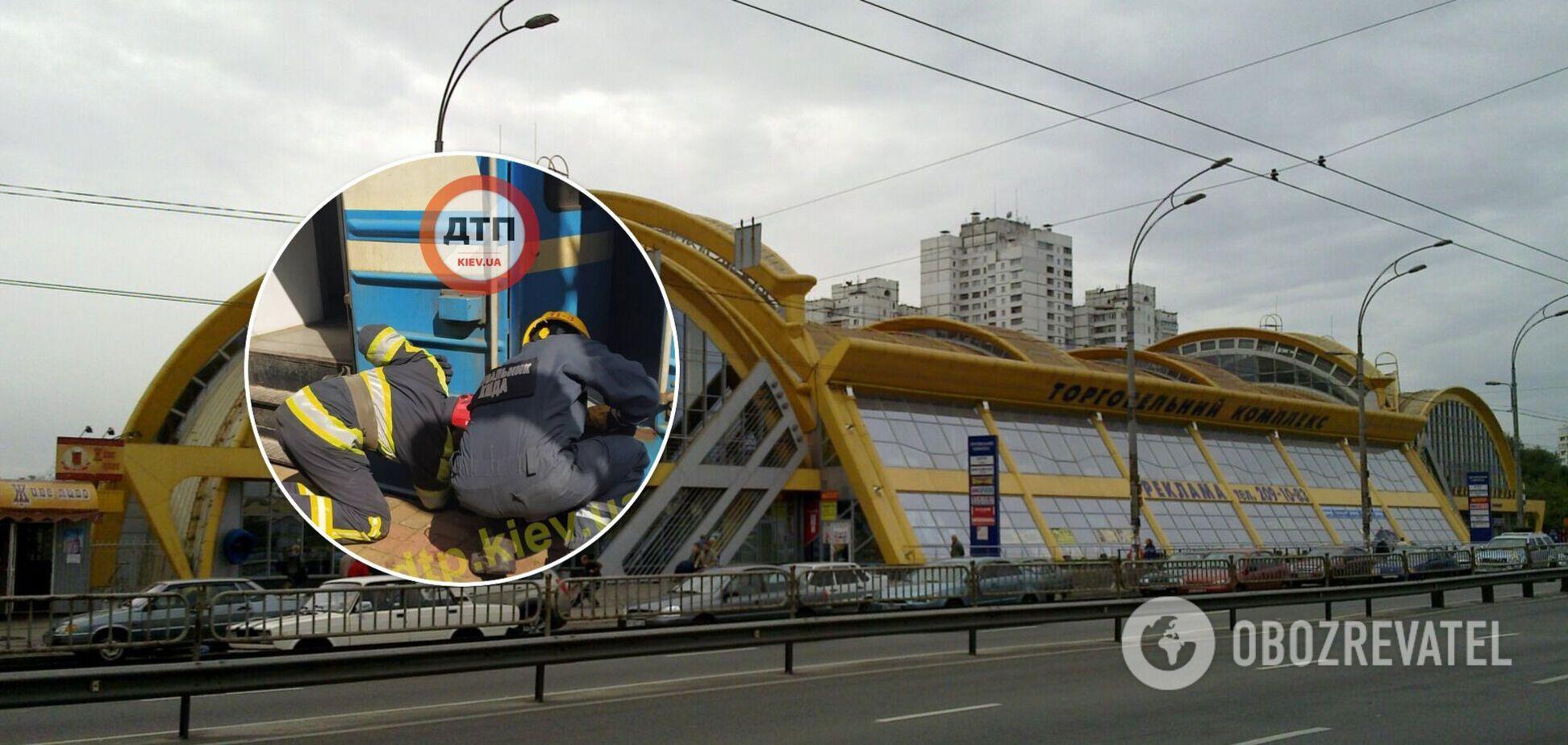 У Києві чоловіка затиснуло між вагоном і платформою: він загинув на місці НП